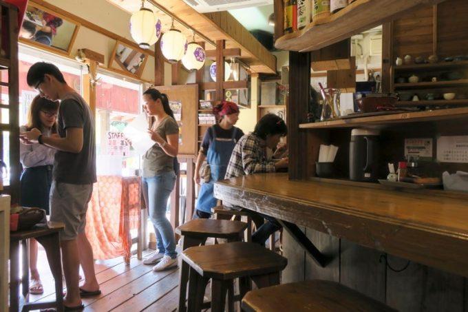 「金月そば 読谷本店」の店内。