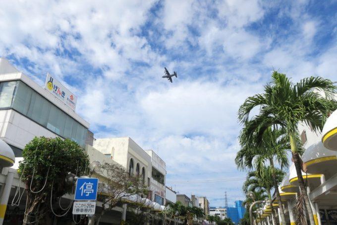 沖縄市・コザの中央パークアベニューを歩いていたら、米軍機が飛んで行った。