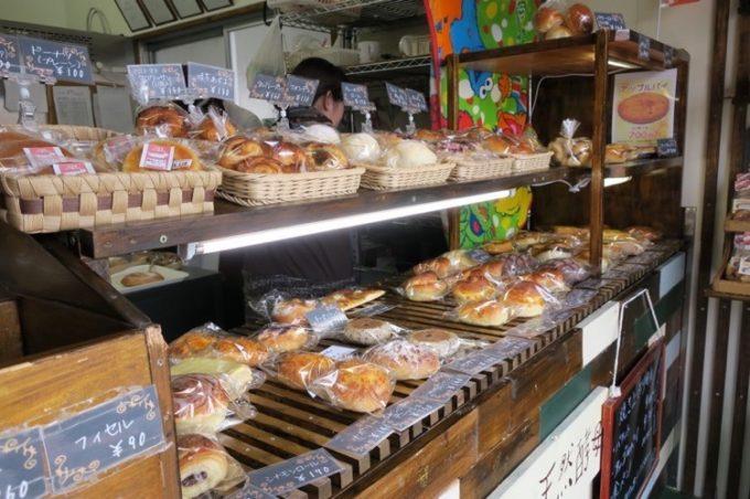 那覇・天久「小さなパン屋さん てぃーだかんかん」の店内。とても狭い。