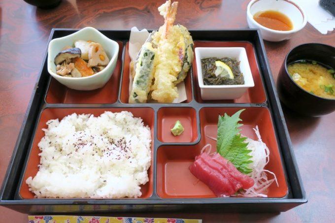 ホテルまるきの幕の内弁当(天ぷら、筑前煮、刺身など。800円)