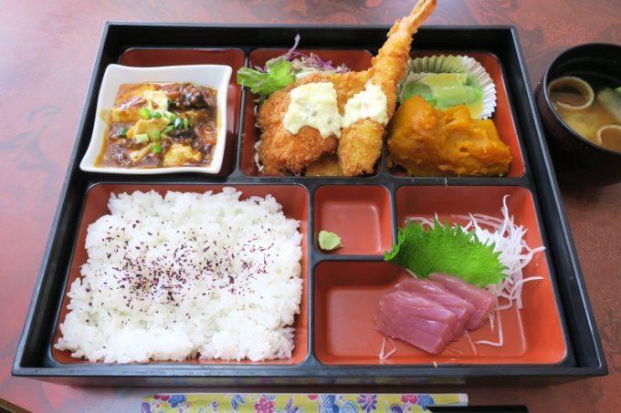 ホテルまるきの幕の内弁当(ミックスフライ、麻婆豆腐、ヘチマ酢味噌、かぼちゃ煮、刺身。800円)