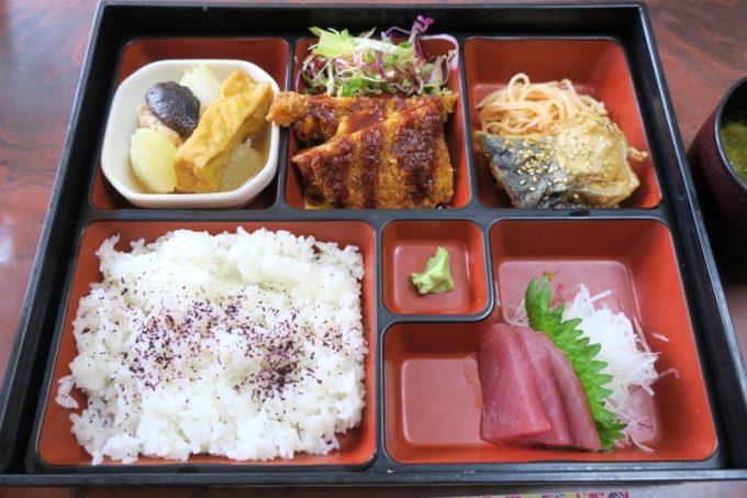 ホテルまるきの幕の内弁当(チーズサンドカツ、赤瓜煮物、鰆の照焼き、明太パスタ、刺身。800円)