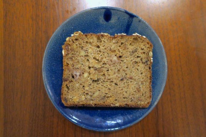 ハトムギ、くるみ、各種シード、バナナなどが入ったミューズリーパン(550円)は、ほのかに甘い。