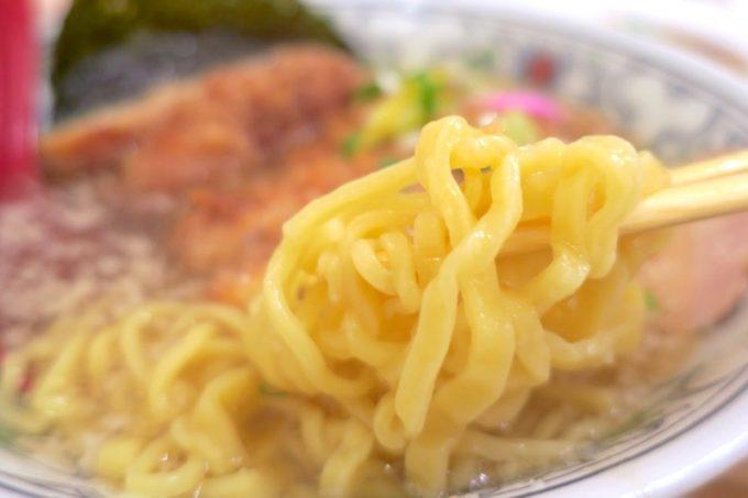 麺は縮れの中太麺。ラーメンによって使う麺を使い分けている。