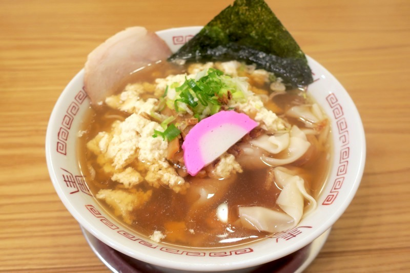 「ぬーじボンボン Mendes(めんです)」の特製肉ワンタン麺(780円)に宇那志ゆし豆腐トッピング(+150円)