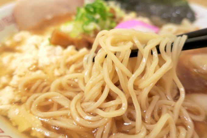スープを引き立てるシンプルな麺。