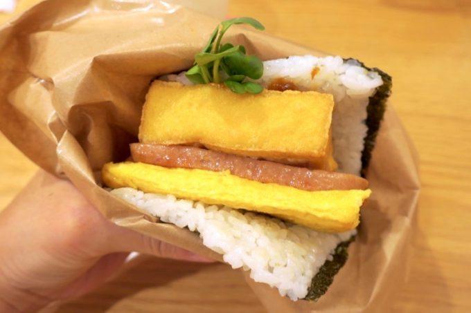 那覇空港「ポークたまごおにぎり本店」の島豆腐の厚揚げと自家製油味噌は、440円に値上がりしていた。
