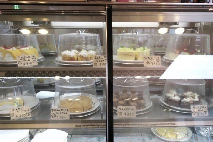 冷蔵ケースにはケーキがいくつも並ぶ。