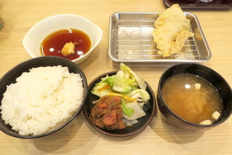 「博多天ぷら たかお」のたかお定食(1080円)。天ぷらは少しずつ提供されるスタイルだ。