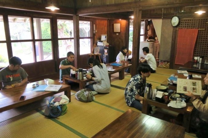 屋宜家の客席。座敷にテーブルが6つほど。