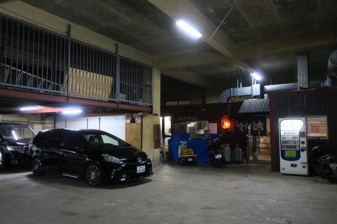 建物の中に入ると、ほぼ駐車場。隅っこに赤い提灯が。