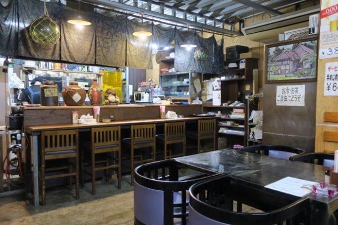 那覇・松山「焼肉の店 牛屋」の店内。バラック小屋的。