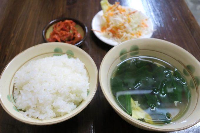 焼肉につけられるセットは、ごはんとスープ、サラダ、キムチという内容。