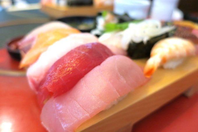 にぎり特上のお寿司は10貫。赤身、白身など様々だ。