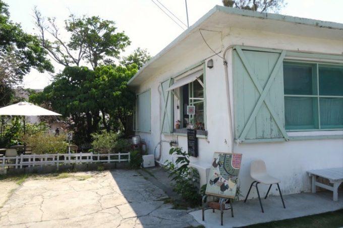 浦添・港川の外人住宅街にある「喫茶ニワトリ」の外観