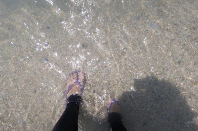 オクマビーチは真っ白な砂地だ。4月末の海水は冷たい。