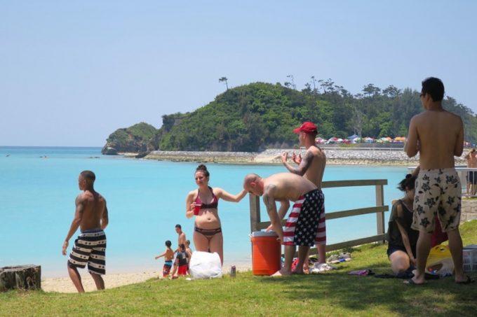 海岸で楽しむアメリカ人たち。