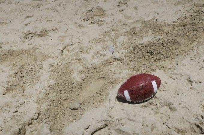 砂浜にアメフトボールなんて、日本の海岸には絶対落ちてない。