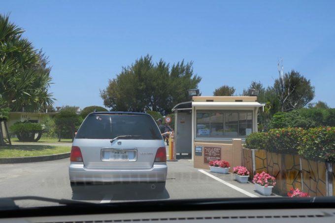 米軍保養地のゲート前。通常はここでIDチェックを受ける。