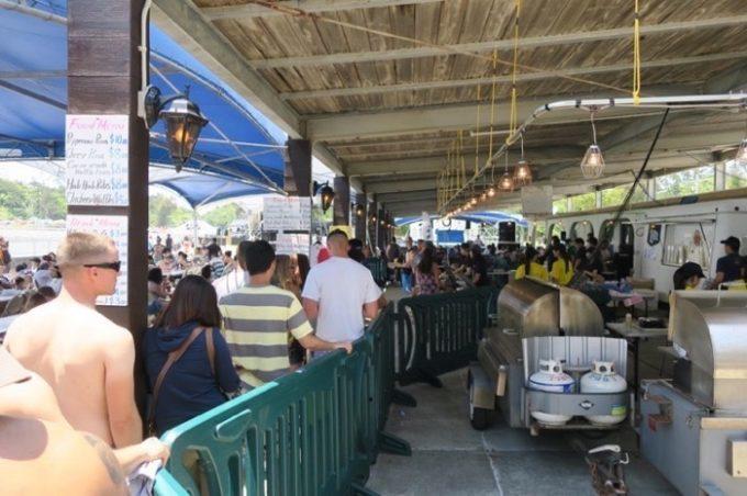 米軍保養地内「サーフサイドレストラン」の出店ブースへ並ぶ(その2)。