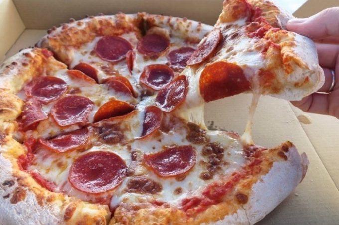 オクマビーチフェストで食べた「サーフサイドレストラン」のペパロニピザ($10)