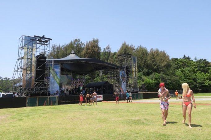 オクマビーチフェストの野外ライブ会場。