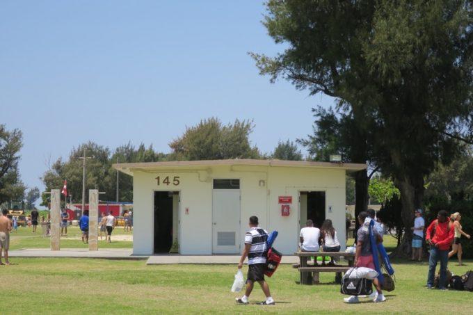 建物内にはトイレと更衣室、建物の左側にシャワーがある。