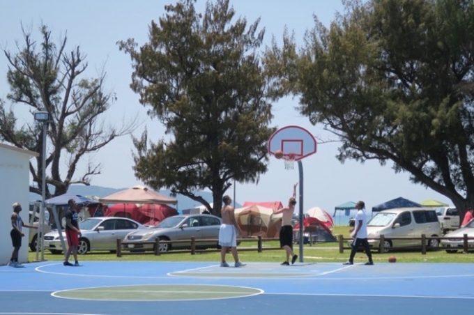 米軍保養地の敷地内にはバスケットコートがある。