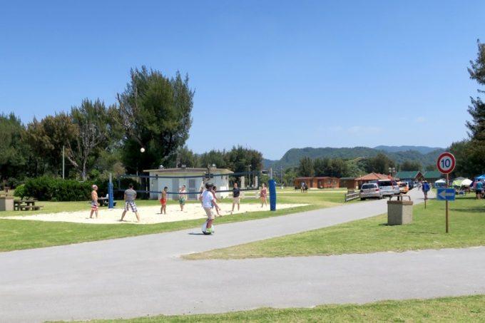 米軍保養地の敷地内にはビーチバレーの砂場がある。