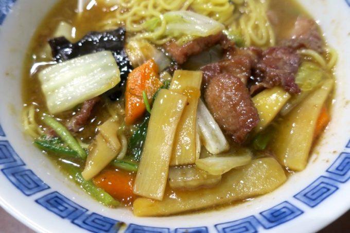 五目ラーメンの具材は白菜、ニンジン、タケノコ、青菜、豚肉、キクラゲ、うずら。