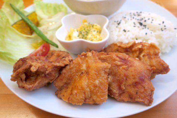 大きなザンギが4つ。生姜醤油ベースの味で、ご飯がすすむ。