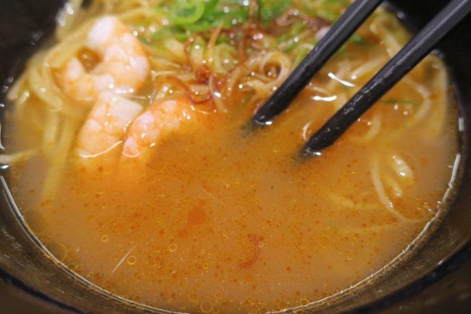スープに、えび味噌の脂が浮く。