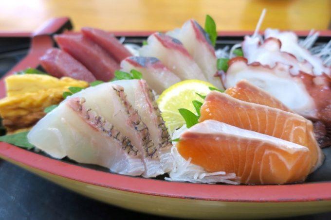 那覇・赤嶺「魚屋直営食堂 魚まる」お刺身は5点盛り。どれも鮮度がよく、ウマい。