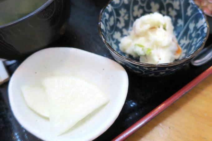 那覇・赤嶺「魚屋直営食堂 魚まる」小鉢は2つ。漬物とポテトサラダ。