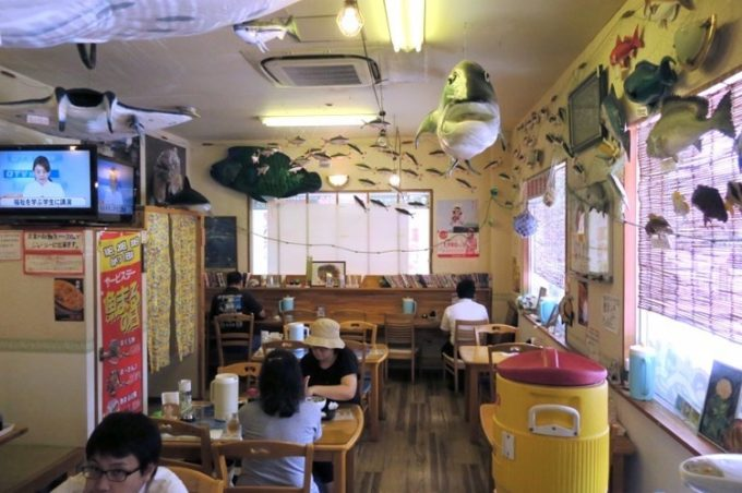 那覇・小禄「魚屋直営食堂 魚まる」の店内(その1)