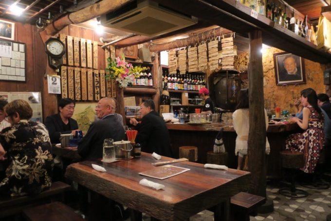那覇・栄町「古酒と琉球料理 うりずん」の店内(1階)