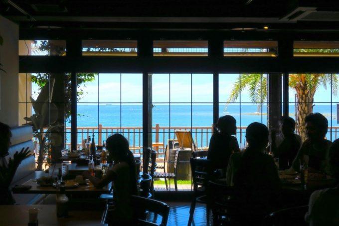 店内からは沖縄西海岸の海を眺めることができる。