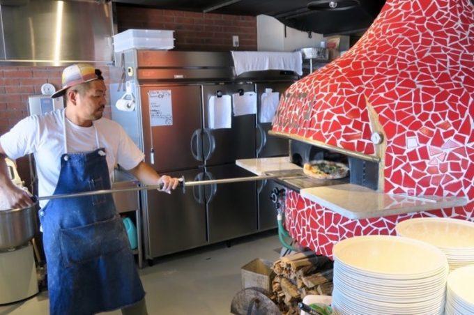 店内には、イタリアで作られた赤いピザ窯がある。