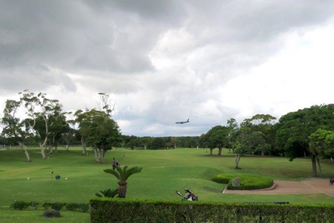 ゴルフコースの奥に、嘉手納基地へ着陸する米軍機が見えた。