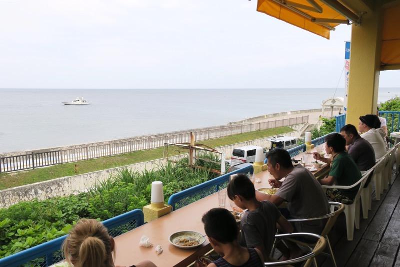 テラス席から北谷・宮城海岸の海を眺める。天気さえ良ければ最高のロケーション!