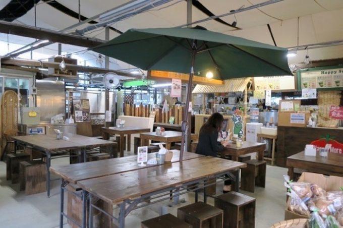 店内には飲食スペースがある。