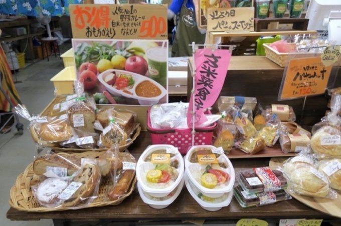 持ち帰りできるパンやお弁当も販売。