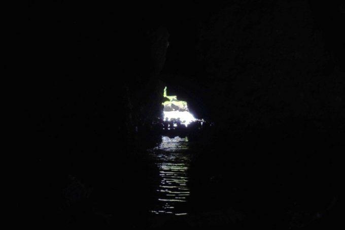 青の洞窟の中は人だかりで、真っ暗。ほぼ何も見えない。