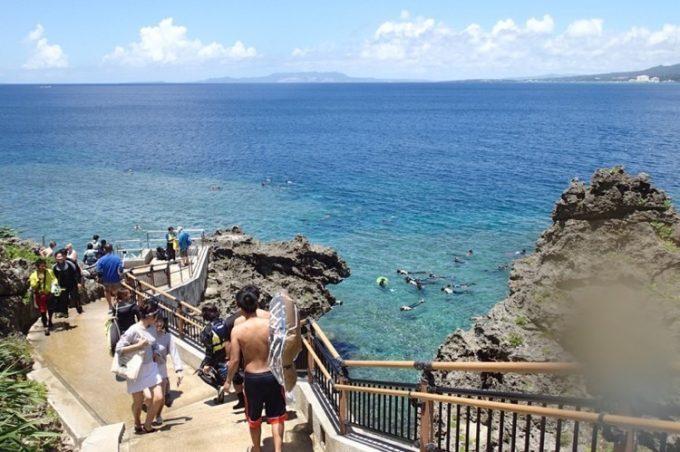 真栄田岬・青の洞窟をシュノーケル終了です。