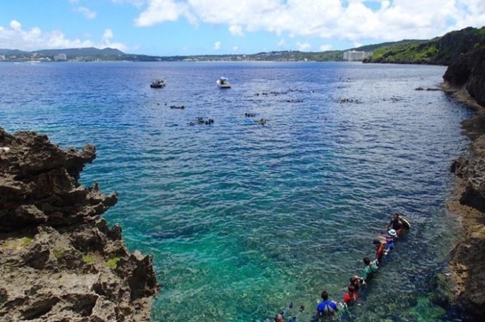 真栄田岬はマリンアクティビティの人気スポットだ。