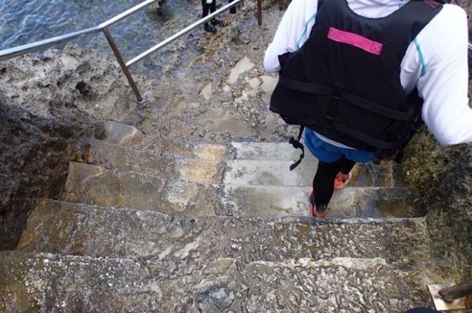 階段は急勾配で足元も悪いので、気をつけよう。