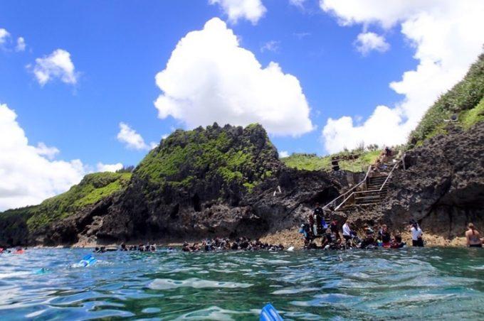 海上から真栄田岬を眺める(その1)。