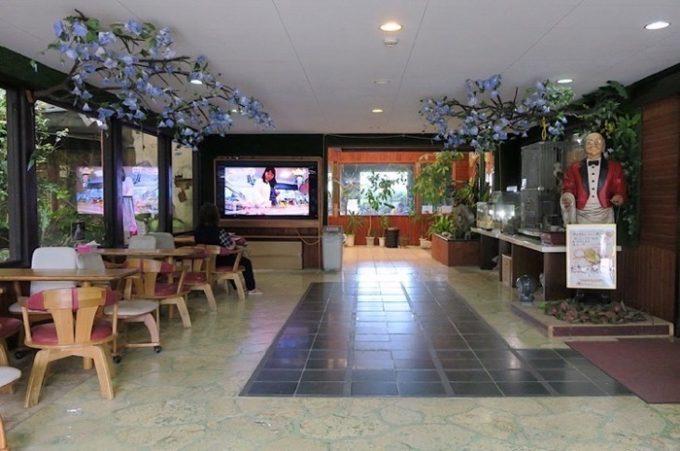 エントランスには休憩スペースといくつかの展示。