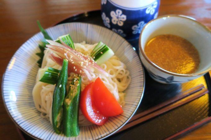 「みやび茶屋仲元」のひやむぎのセット(950円)