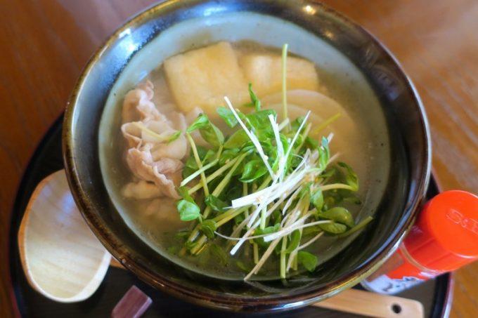 「みやび茶屋仲元」の塩すいとん豚のセット(1250円)